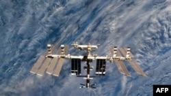Снимок NASA показывает крупным планом Международную космическую станцию. Фото от 7 марта 2011 сделано с борта корабля Дискавери