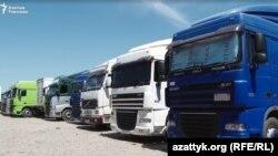 Фуры с цементом на границе Кыргызстана и Узбекистана.