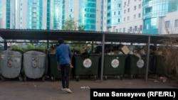 Астана аудандарының бірінде тұрған қоқыс контейнерлері.