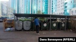 Мусорные контейнеры в одном из районов Астаны.