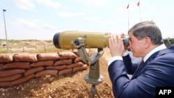 Премьер-министр Турции Ахмет Давутоглу во время посещения турецко-сирийской границы