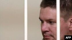 """Активист """"Greenpeace"""" Энтони Перрет стоит за решткой Калининского суда в Санкт-Петербурге"""