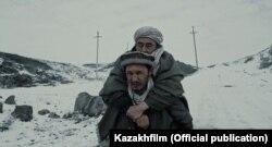 """Режиссер Сәбит Құрманбектің """"Оралман"""" фильмінен алынған кадр."""