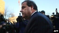 Губернатор штата Нью-Джерси Крис Кристи прибыл, чтобы принести извинения мэру города Форт Ли. 9 января 2014 года.