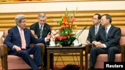 John Kerry (majtas) dhe Yang Jiechi (djathtas) gjatë një takimi të tyre të mëparshëm