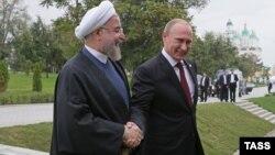 Ресей президенті Владимир Путин (оң жақта) мен Иран президенті Хассан Роухани Каспий маңы елдерінің саммиті басталар алдында. Астрахан, 29 қыркүйек 2014 жыл.