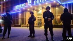 Міліція біля готелю в центрі Києва, де була штаб-квартира «Правого сектора», 31 березня 2014 року