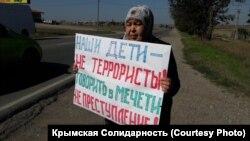 Мунівер Келямова проводить одиночний пікет у Сімферопольському районі Криму, 16 вересня 2020 року