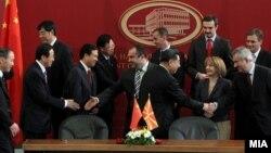 Архивска фотографија: Потпишување на протоколи за унапредување на економските односи и трговската соработка меѓу Македонија и Народна Република Кина.