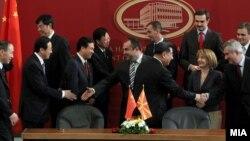 Потпишување на протоколи за унапредување на економските односи и трговската соработка меѓу Македонија и Народна Република Кина на 29 март 2012 година.