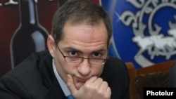 Пресс-секретарь АНК Арман Мусинян на пресс-конференции, Ереван, 27 февраля 2012 г.