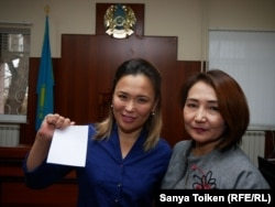 Жительница города Актау Айгуль Акбердиева (слева), обвиненная в «призывах к захвату власти», с адвокатом в суде. Актау, 11 января 2019 года.