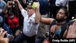 ნიუ-იორკის პოლიციის უფროსმა ანტირასისტული აქციის მონაწილეებთან ერთად დაიჩოქა