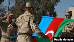 Azərbaycan ordusunun əsgərləri Azərbaycan bayrağı ilə...