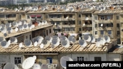 Спутниковые антенны на крышах многоэтажных жилых домов в Ашгабате. 2012 год.