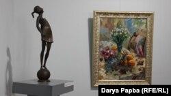 Скульптура В.Джения «Воздушный поцелуй» и картина С.Торосян «Первые букеты весны»