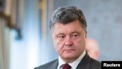 Ukraine - Ukraine's President Petro Poroshenko (L) listens to NATO Secretary General Anders Fogh Rasmussen during their meeting in Kyiv, August 7, 2014