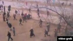 Жаңаөзен оқиғасы кезінде түсірілген видеодан көрініс. 21 желтоқсан 2011 жыл. (Көрнекі сурет)