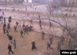 Скриншот видеозаписи, сделанной во время стрельбы по демонстрантам 16 декабря 2011 года в городе Жанаозен.