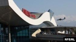 Самолет заходит на посадку в аэропорту Алматы.