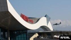 У пассажирского терминала алматинского аэропорта.
