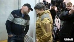 Народний депутат Надія Савченко (праворуч) спілкується з Володимиром Рубаном, керівником організації «Офіцерський корпус» під час судове засідання з обрання йому запобіжного заходу. Київ, 9 березня 2018 року