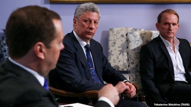 Юрій Бойко (в центрі) та Віктор Медведчук (праворуч) під час зустрічі з російським прем'єр-міністром Дмитром Медведєвим