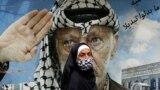 Jasszer Arafat egykori palesztin vezetőt ábrázoló plakát előtt sétál el egy járókelő a libanoni Shatila palesztin menekülttáborban, 2020. március 30-án.