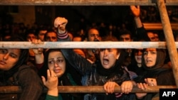 Люди собрались на казнь в городе Нур, провинция Мазендаран.