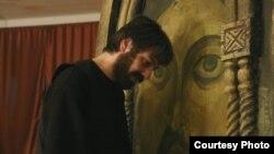 Пьеса под названием «Красногрудый белый голубь Камана» основана на реальных событиях, произошедших во время грузино-абхазского конфликта в селе Каман, где абхазские военные убили известного в Абхазии бизнессмена Юрия Ануа и грузинского священика отца Андр