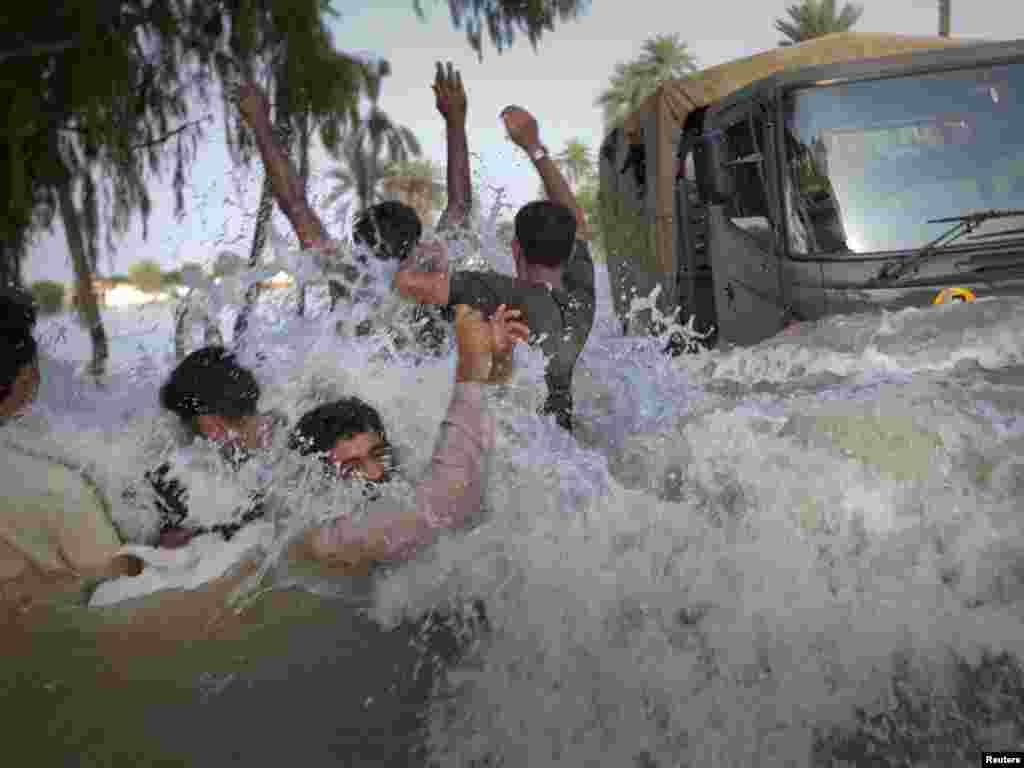 U najvećim poplavama koje su zahvatile Pakistan, u posljednjim desetljećima, život je izgubilo preko 1600 ljudi. Prema podacima UN-a, oko 13,8 milijuna ljudi pogođeno je poplavama, što ovu tragediju čini većom od one koju je prouzrokovao tsunami 2004-te godine. Foto: REUTERS / Adrees Latif