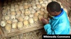 """Останки жертв геноцида тутси в Руанде. По основной версии, ключевую роль в мотивации людей на массовые убийства сыграло правительственное """"Свободное радио и телевидение тысячи холмов"""", подогревавшее обстановку призывами к убийству тутси"""