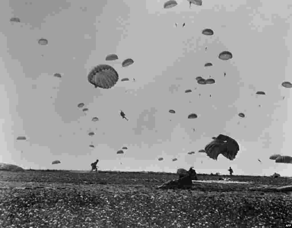 На цьому фото, зробленому 6 червня 1944 року, десантники союзних військ висадилися на узбережжі Ла-Манша після того, як союзні війська штурмували пляжі Нормандії під час Дня «Д»