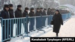 Полиция стоит вдоль металлических ограждений в день акции протеста оппозиции. Алматы, 28 января 2012 года.