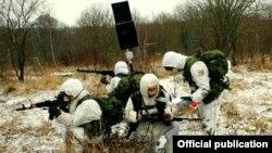 Ілюстраційне фото: російські військові готують до запуску безпілотник невеликих розмірів