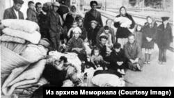 Семьи крымских татар, которым не дали вернуться в Крым, на станции Новоалексеевская в Херсонской области, 1968 год