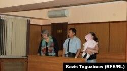 Начало суда над Оксаной Шевчук и Жазирой Демеуовой (слева направо): адвокат Гульнара Жуаспаева, адвокат Галым Нурпеисов, подследственная Оксана Шевчук. Алматы, 31 мая 2019 года.
