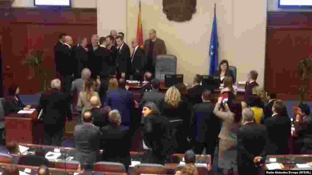 МАКЕДОНИЈА - Законот за употреба на јазиците беше изгласан со 64 гласа ЗА. Поранешниот премиер Груевски најжестоко со бунтуваше против законот, па на моменти ситуацијата меѓу него и спикерот Талат Џафери беше тензична.