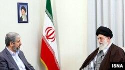 خالد مشعل (چپ)،رهبر سیاسی گروه فلسطینی حماس، در اغلب سفرهای خود به ایران با رهبر جمهوری اسلامی هم دیدار میکند