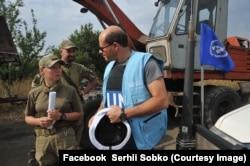 Наталя Мещерякова і представник ОБСЄ під час ремонту водогону, с. Зайцеве Донецької області, 2017 рік