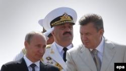 Prezident Putin ukrain kärdeşi bilen, Sewastopol, 28-nji iýul, 2013.