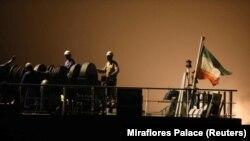 خدمه نفتکش ایرانی «فورچون» بر عرشه در حال تخلیه محموله کشتی در ونزوئلا؛ این عکس اوایل خرداد سال جاری گرفته شده است