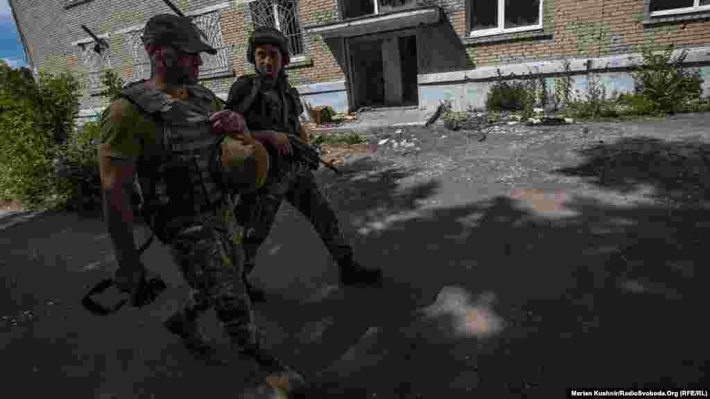 Йдемо в супроводі військових до передових позицій ЗСУ потрощеною артилерією Мар'їнкою