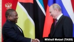 Президенты России и Мозамбика Владимир Путин и Филипе Ньюси в Кремле. 22 августа 2019 года