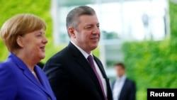 В ожидании каких-либо изменений представители политических кругов и общественности наблюдали за совместной пресс-конференцией Квирикашвили и Меркель. Однако ничего нового канцлер ФРГ не сказала