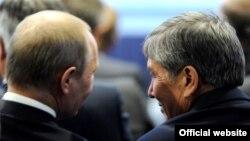 Президенты РФ и КР на Санкт-Петербургском экономическом форуме, 21 июня 2012 года.