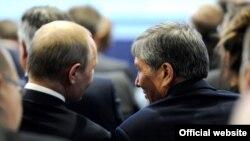 Президенты России и Кыргызстана Владимир Путин и Алмазбек Атамбаев.