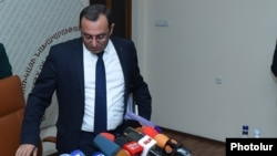 Armenia - Economy Minister Artsvik Minasian arrives at a news conference in Yerevan, 23Sep2016.