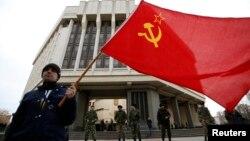 Simferopol parlamenti qarşısında Sovet bayrağı