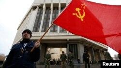 Наверное, эксперты, склонные проводить аналогии между известными событиями в Южной Осетии и тем, что происходит сегодня в Крыму, обратят внимание и на серьезное сходство в истории развития двух республик